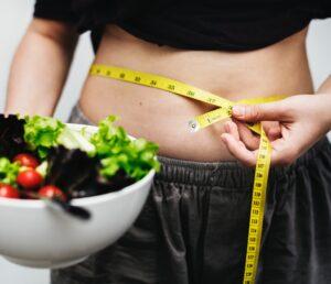 Silueta dieta con cuenco de ensalasa